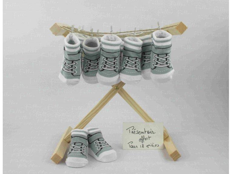 Chaussette basket grise avec dragées de baptême garçon